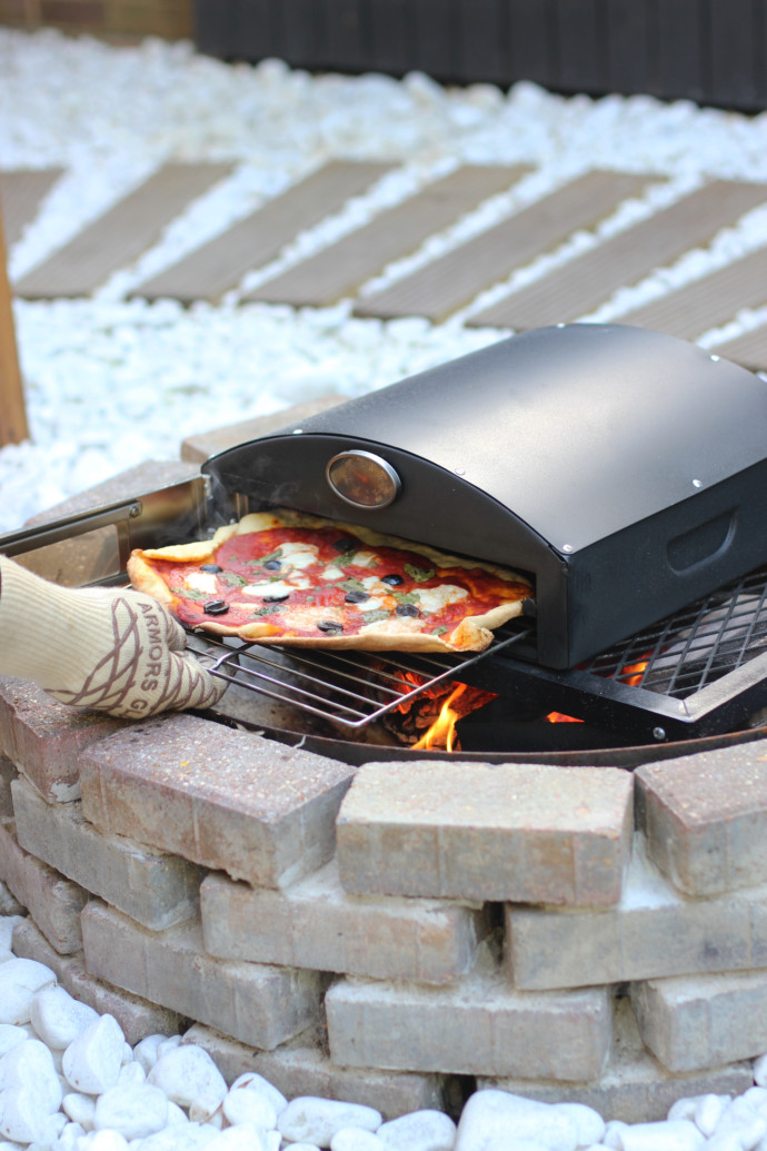 How to cook delicious pizza on a fire or BBQ